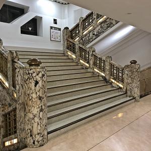老舗デパートの階段
