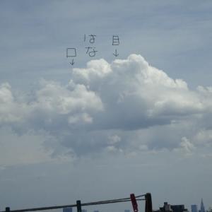 真夏の昼下がり、東京の青空にソクラテスが…