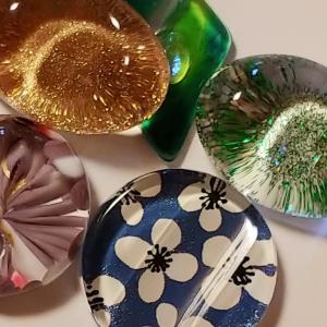 ガラスのペーパーウェイトとガラスの箸置きで作った帯留め