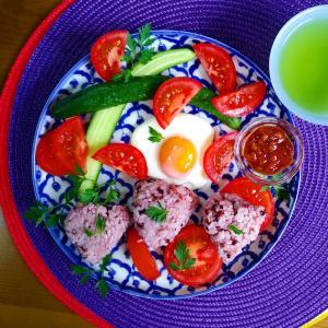 【Miho's和ごはん】赤米ご飯のおにぎりと野菜サラダもり