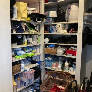 日用品ストックや靴で溢れた玄関収納を管理しやすく見直し!【整理収納コンサル事例】