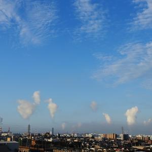 房状雲(高積雲)と人工雲とのコラボ