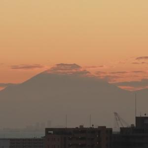 富士山頂に棚引く小さな雲