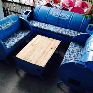ドラム缶で作った椅子やテーブルがカッコいい!! カンボジア発ドラム缶アート