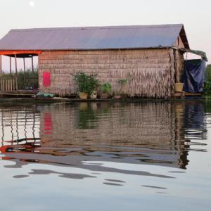 カンボジアの水上生活者のトイレにみられる工夫 トンレサップ湖