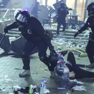 <香港情報>11/18 「理工大の学生を救え」繁華街で若者たちが市街戦