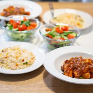 低脂質な鶏肉のトマト煮と冷凍エビピラフで手抜きごはん。