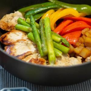 [低脂質レシピ]鶏胸肉のソテーと青椒肉絲風の和風炒め