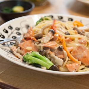 [塩鮭レシピ]焼き鮭に飽きたら〜洋風クリームパスタやホイル焼きなど