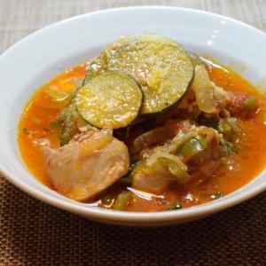 誰でも作れるビストロパパの定番。水無し鶏のトマト煮を、久米島のズッキーニ、ピーマン使って