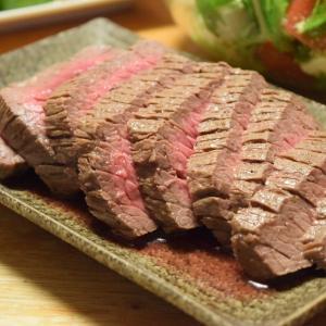 肉を食べたい日。すぐ出来る簡単ローストビーフと、鍋の肉汁でじゃがいも、ピーマン炒めてもう一品。