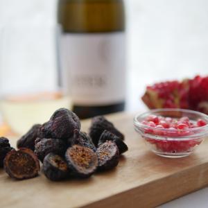 ドライ黒イチジクとザクロを白ワインでいただく。まもなく、カリフォルニアワイン協会さんとのコラボオンライン料理教室開催|ザクロの種の取り方動画公開