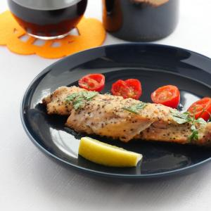魚屋で秋鮭見つけたら。シンプルだけの美味しい「秋鮭のムニエル」基本の作り方。10月24日(土)16時からYouTubeライブ配信あり
