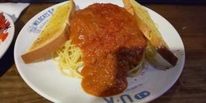 深夜ごはんで 美味しい大盛りミートスパ とガーリックトーストが食べれるUK