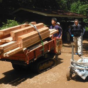 文殊山本堂の木材運び上げにボランティも
