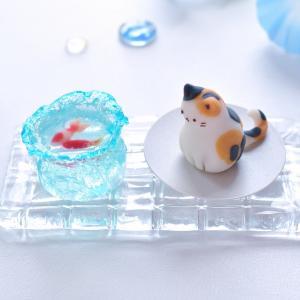 【夏の新作和菓子】金魚鉢をのぞく三毛猫ねりきり