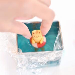 動画で見せます♪浮き輪で遊ぶ猫練り切りメイキング