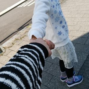 手を繋いで歩く時間