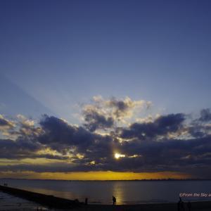 たなびく雲間の夕日