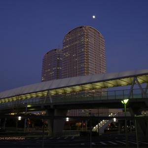 ツインタワーと昇る月