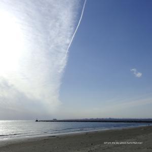 雲に寄りそう飛行機雲