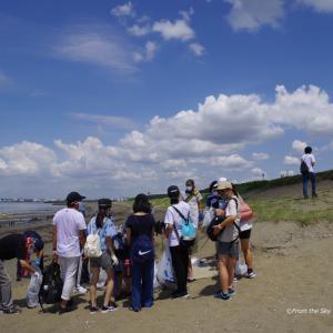 夏空の下の浜辺清掃活動