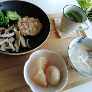 今日の朝昼晩、野菜たっぷり焼きそば、もち麦のトマトリゾット