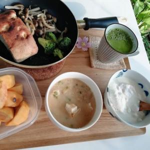 今日の朝昼晩、モヤシ炒め、白菜のお好み焼きなど