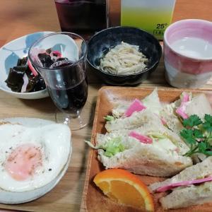 もち麦食パンのハムレタスサンドイッチ、ワカメ新芽の酢の物、目玉焼き、なめ茸