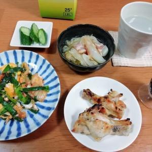 ニラキムチ卵炒め、手羽元焼き、キャベツとベーコンの煮物ほか