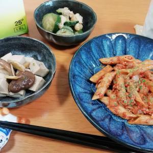ミートソースペンネ、高野豆腐と椎茸煮、ズッキーニと鶏モモ肉の煮物