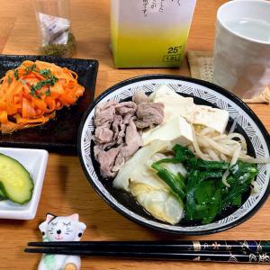 豚キャベツ豆腐鍋、人参のヒラヒラサラダ