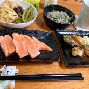サーモンお刺身、サバ竜田揚げ、インゲンとガンモの煮物