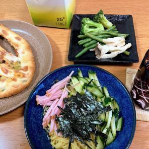 コンニャク麺の冷やし中華、枝豆とサラミのフーガス他
