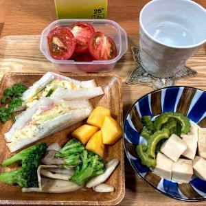 卵とハムのサンドイッチ、エリンギとブロッコリーのソテー、高野豆腐とゴーヤの煮物など