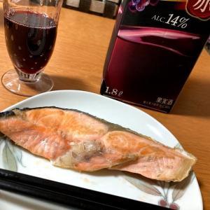 今日の朝昼ごはんと晩酌、サバ缶カレー、焼鮭
