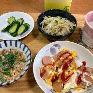 魚肉ソーセージと卵炒め、もやしナムル、もずく酢納豆、キュウリのコンソメ浅漬け