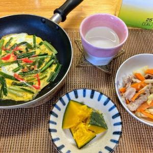 液体塩麹で肉野菜炒め、ロロンというカボチャ、ニラ玉、猫脱走防止