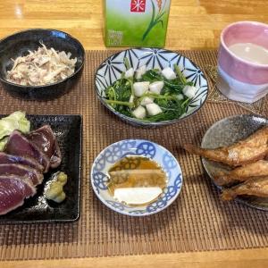 カツオのたたき、はたはた唐揚げ、モロヘイヤと長芋の和風だし、鯖水煮缶サラダ