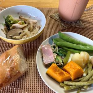 今日の朝昼ごはんと晩酌、ピーマンマヨチーズ焼き、鯖水煮と玉ねぎとカイワレのサラダなど