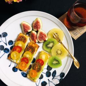 今日の朝ごはん 〜カラフルミニトマトとバジルソースのオープンサンド〜