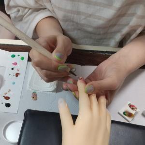 【名古屋市名東区ネイルスクール】ネイリスト検定2級対策レッスン☆課題アートのレッスン風景♪