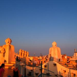 バルセロナ建築巡礼③ カサミラの屋上でサグラダファミリアを眺め、細くとがった三日月を見つけた