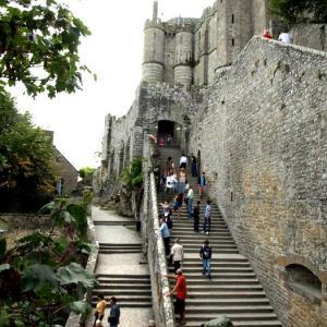 モンサンミッシェル④ 長い階段を上って修道院へ。ただ、内部は「取り残された空洞」のイメージ
