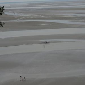 モンサンミッシェル⑥ 砂州を歩いて渡る人々を見て、厳島神社の鳥居を思い出す