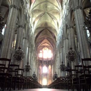 ブールジュ③ ステンドグラスの光の粒が、大聖堂の床に色模様を広げた