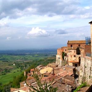 トスカーナ① モンテプルチャーノはのどかな山岳都市。フィレンツェ市庁舎とそっくりの建物も
