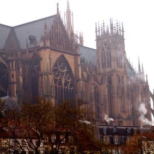 フランス・メッス③ ゴシックの大聖堂中央扉口には、聖母子像がドンと位置する
