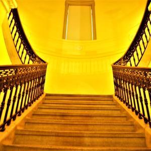 階段紀行・日本 東京編⑤ 変幻自在、華麗にアーチを描く表慶館階段。法隆寺の国宝が見下ろす階段