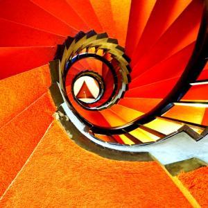 階段紀行・日本 東京編⑥ 東京文化会館。めまいのように回転する朱とオレンジの万華鏡。